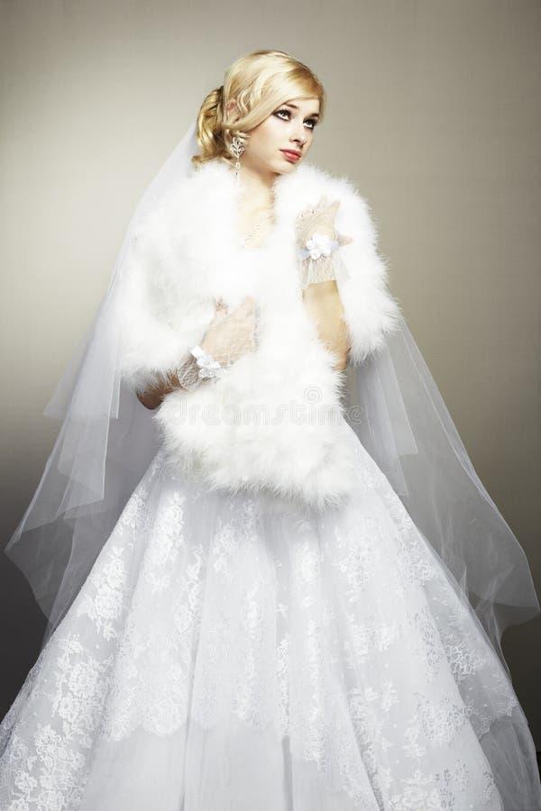 Verticale de mariage de belle jeune mariée images stock