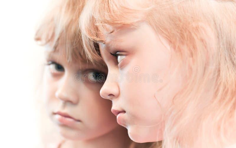 Verticale de miroir d'une petite fille blonde images stock