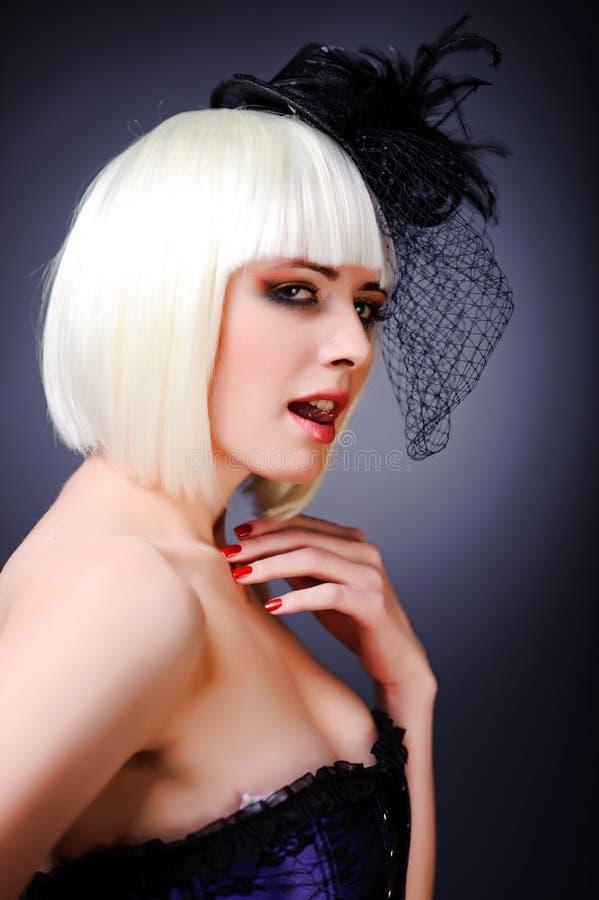 Verticale de modèle de sensualité avec le cheveu blond photos libres de droits