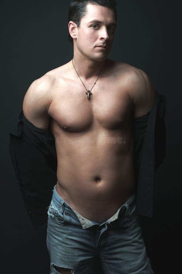 Verticale de modèle mâle sexy photo libre de droits