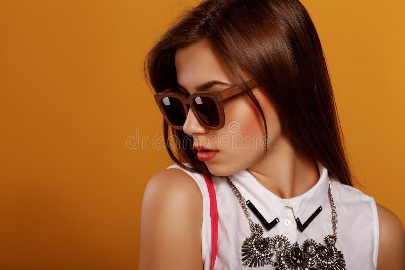Verticale de mode d'un beau femme de brunette photo libre de droits
