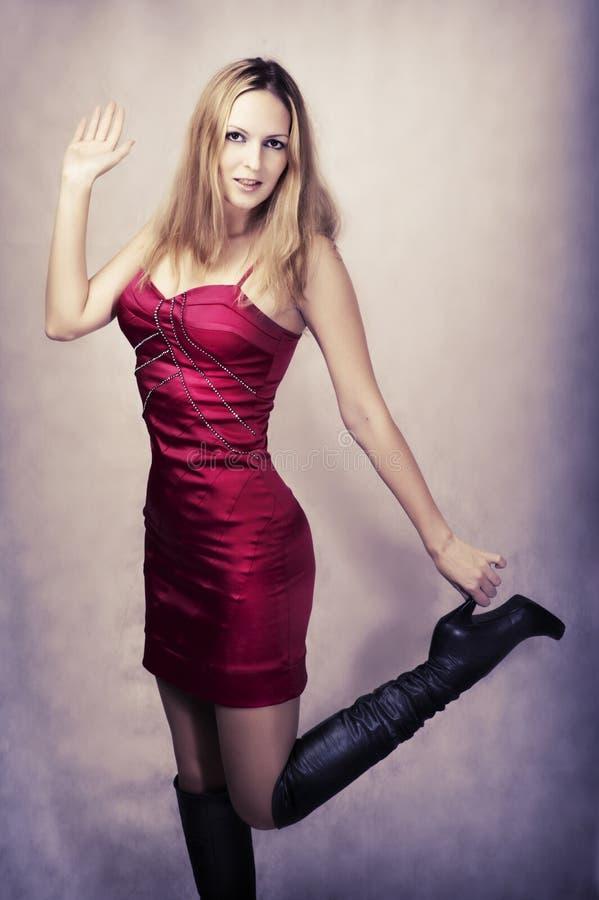 Verticale de mode de femme heureux sexy de danse images libres de droits