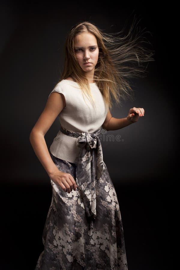 Verticale de mode de jeune femme photos libres de droits