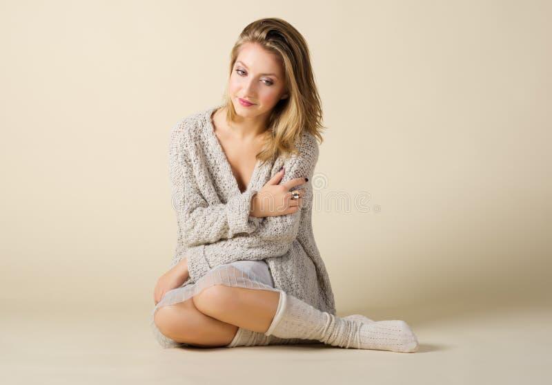 Verticale de mode de jeune fille photographie stock