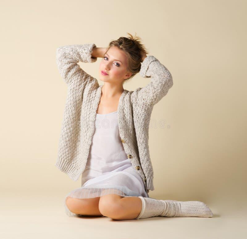 Verticale de mode de jeune fille photos libres de droits