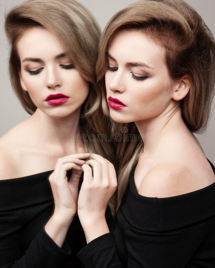 Verticale de mode de la mode élevée look portrait de mode de charme de modèle femelle de belle fille sexy de brune avec le maquil image stock