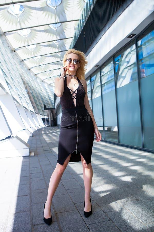Verticale de mode Femme blonde de sourire dans le regard à la mode photos libres de droits