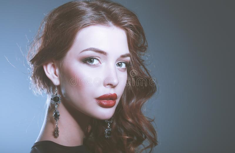 Verticale de mode de femme de luxe avec le bijou images stock