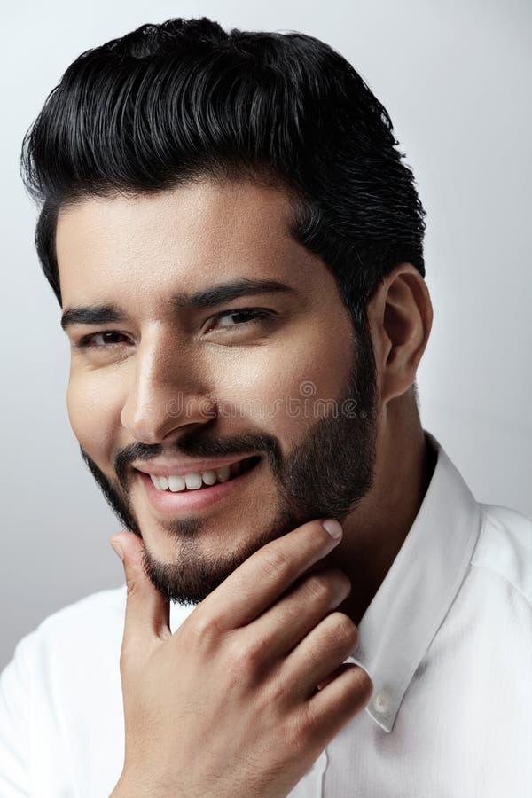 Verticale de mode Homme avec la coiffure, la barbe et le visage de beauté photo libre de droits