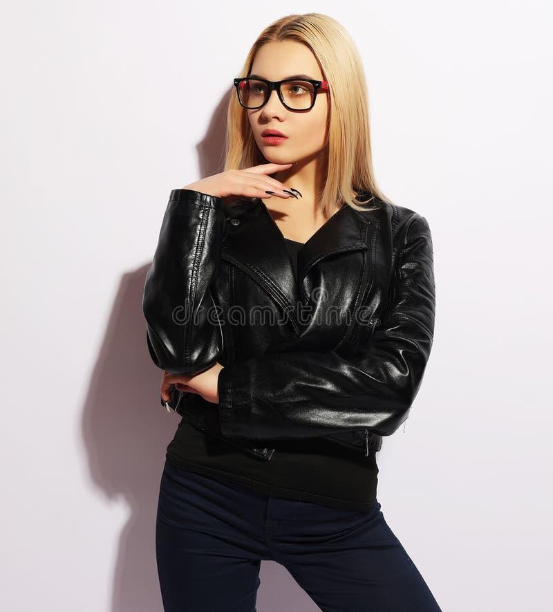 Verticale de mode de jeune femme blonde Veste en cuir noire, PA images stock