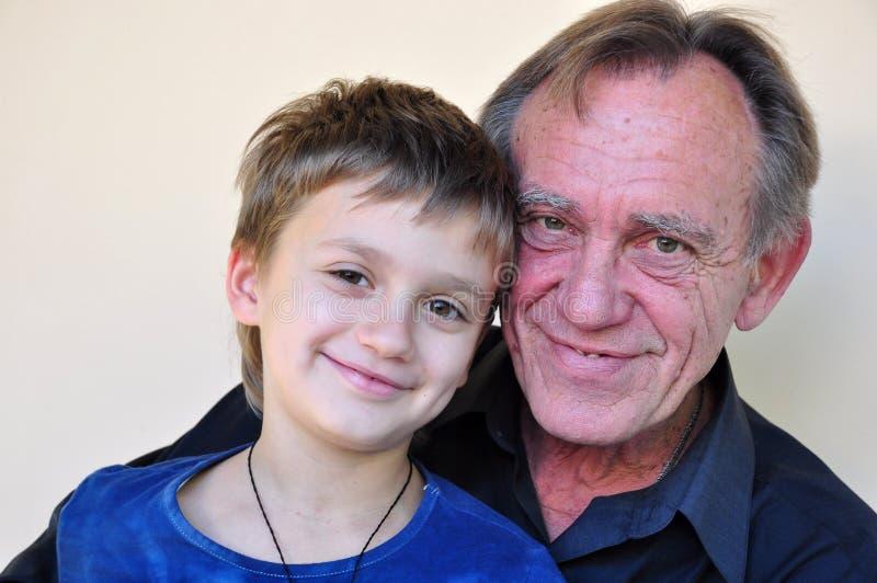Verticale de père et de fils de sourire photos libres de droits