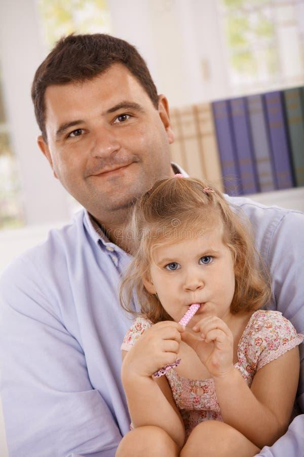Verticale de père et du petit sourire de descendant photo libre de droits