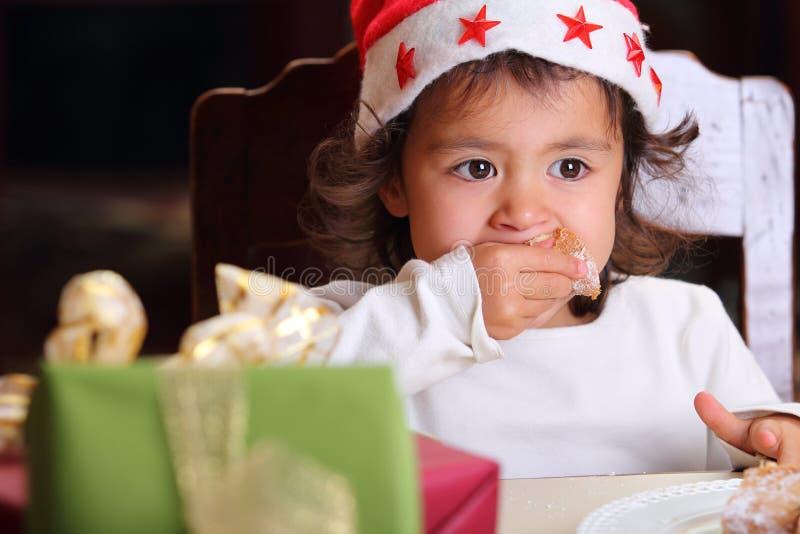 Verticale De Petit Enfant Avec Le Regard Fixe Intense Photos libres de droits