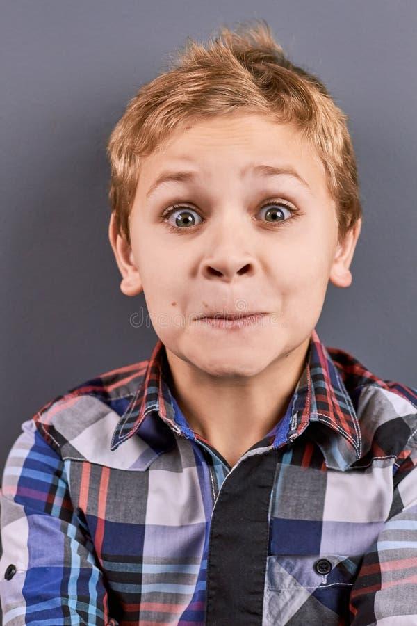 Verticale de petit garçon étonné photos stock