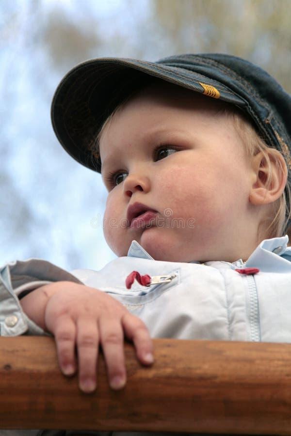 Verticale de petit garçon dans la rue photo stock