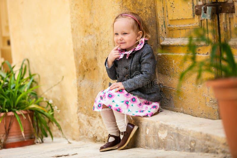 Verticale de petite fille à l'extérieur image stock