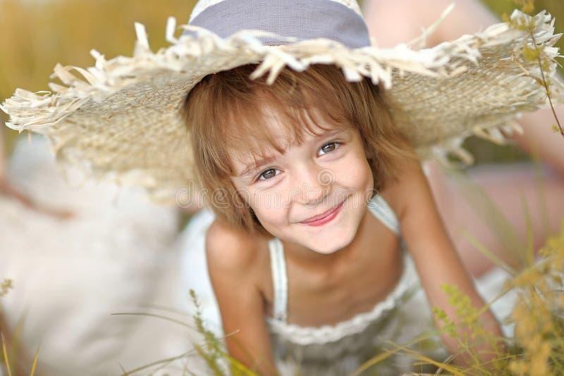 Verticale de petite fille à l'extérieur photographie stock libre de droits