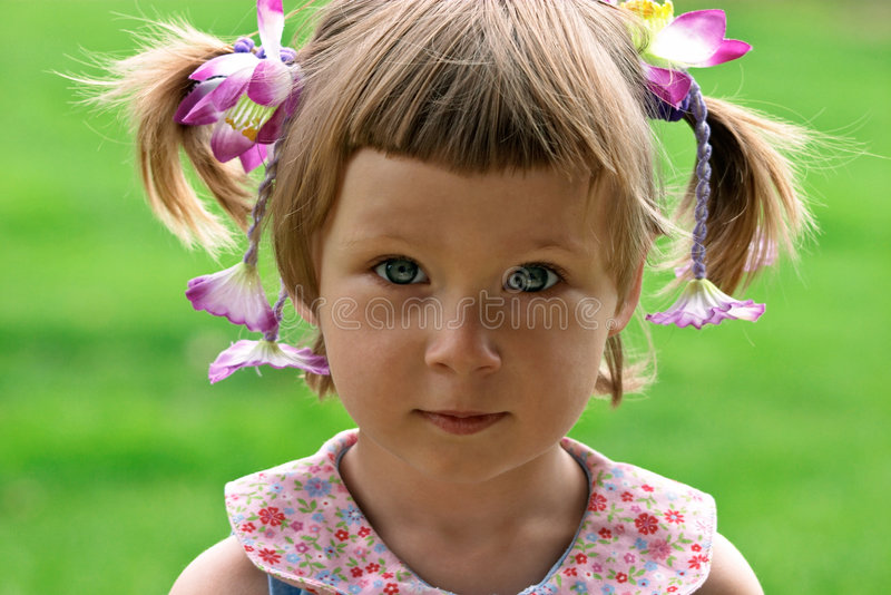 Verticale de petite fille photographie stock libre de droits