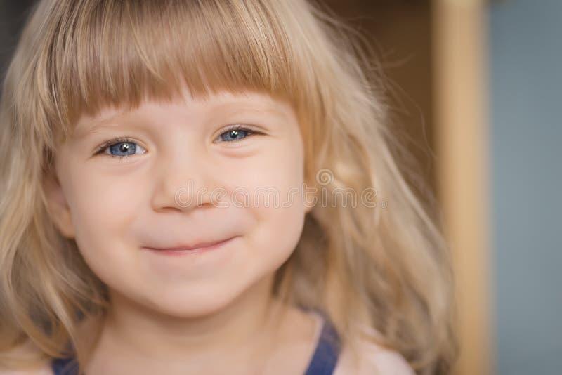 Verticale de petite fille adorable photographie stock