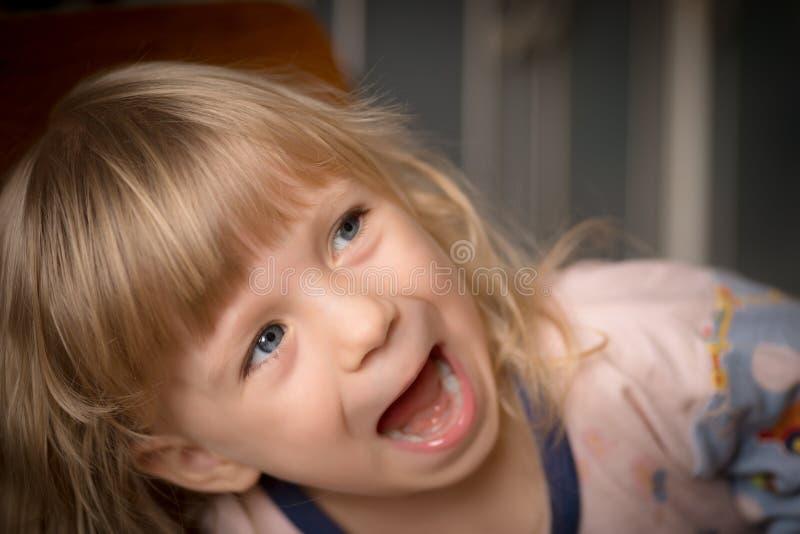 Verticale de petite fille adorable photographie stock libre de droits