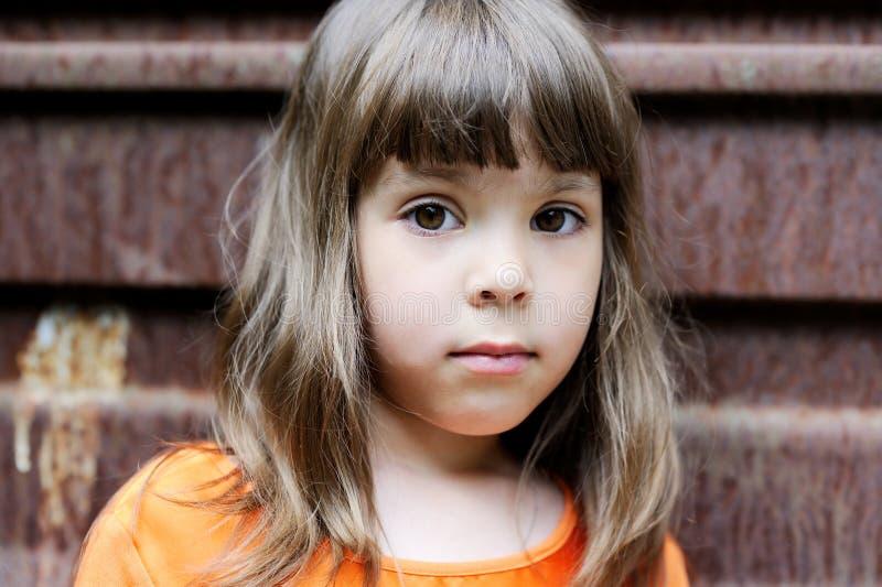 Verticale de petite fille avec la coiffure élégante photographie stock libre de droits