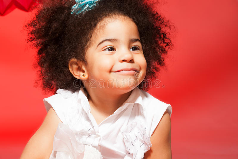 Verticale de petite fille d'une chevelure bouclée noire photos libres de droits