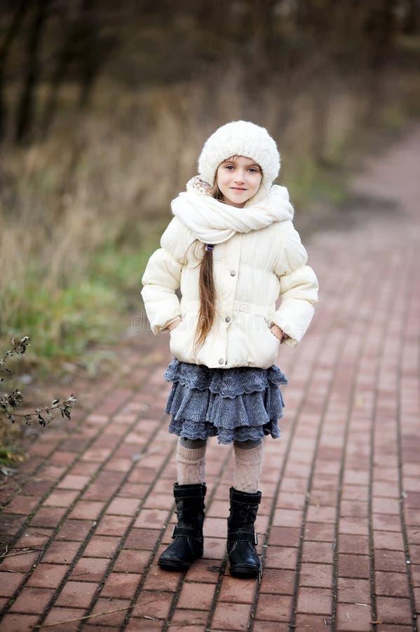 Verticale de petite fille dans l'équipement d'automne photographie stock libre de droits