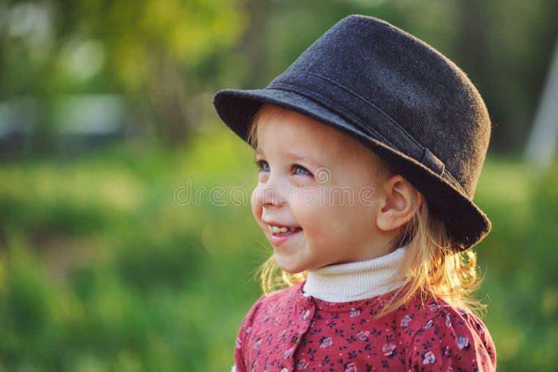 Verticale de petite fille mignonne dans le chapeau Ressort images stock