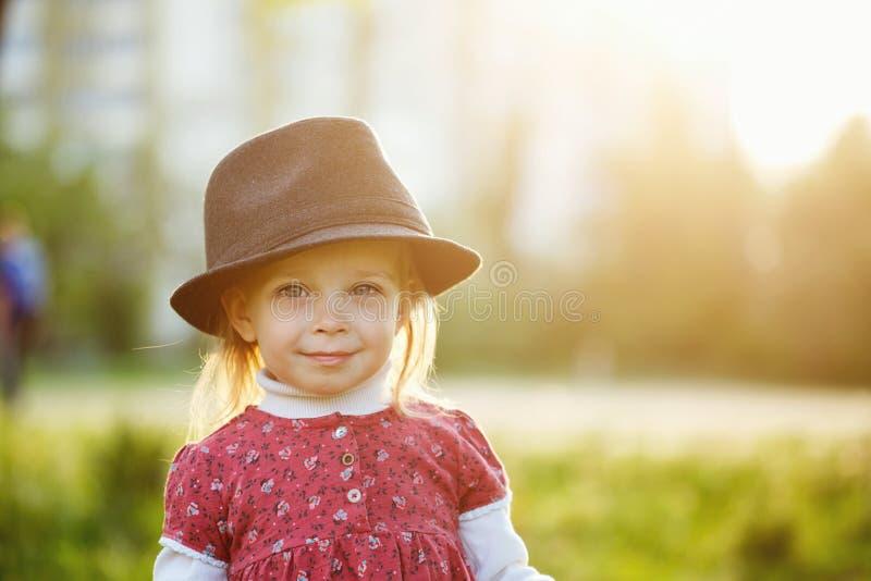 Verticale de petite fille mignonne dans le chapeau Ressort photos libres de droits