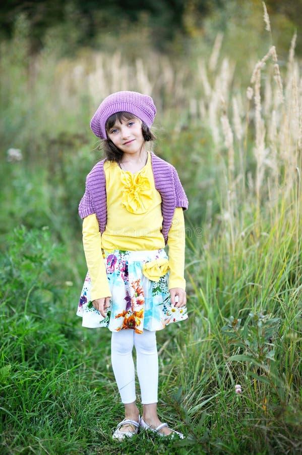 Verticale de petite fille posant à l'extérieur photo stock