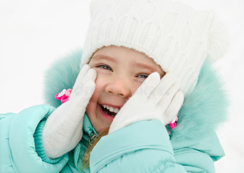 Verticale de petite fille riante mignonne dans le jour d'hiver images libres de droits
