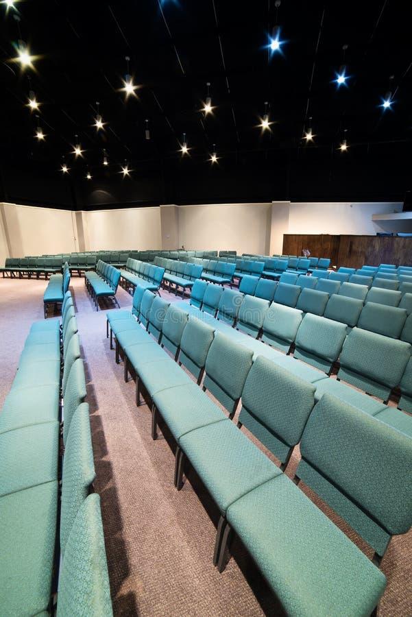 Verticale de places assises d'amphithéâtre vide photo libre de droits