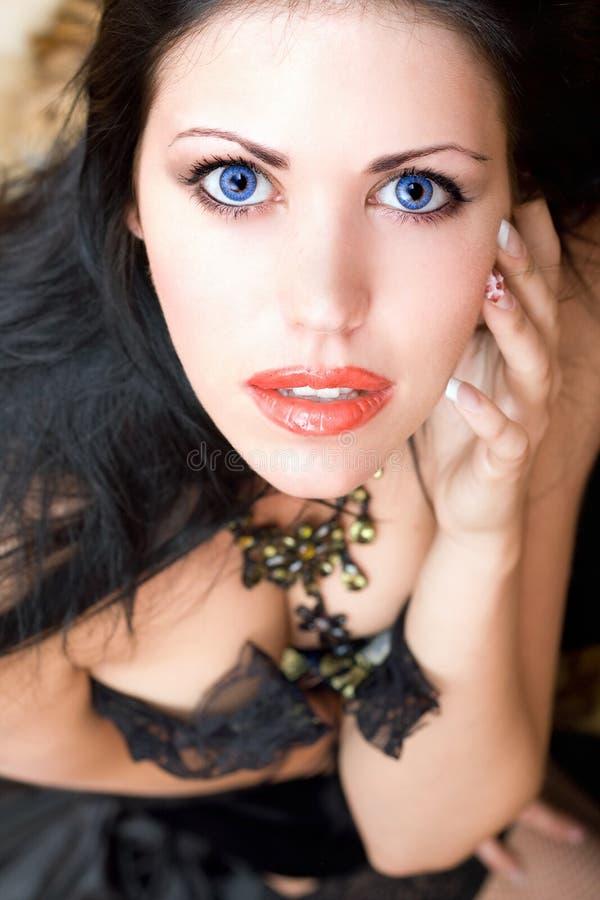 Verticale de plan rapproché d'un beau brunette photos libres de droits