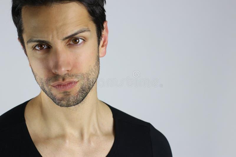 Verticale de plan rapproché d'un jeune homme beau image libre de droits