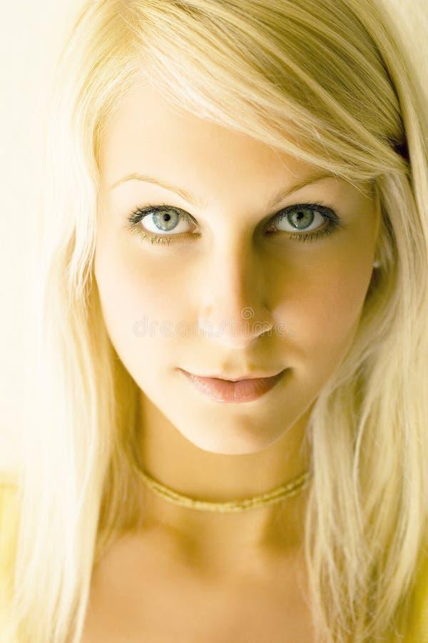 Verticale de plan rapproché d'une belle jeune fille blonde. images stock