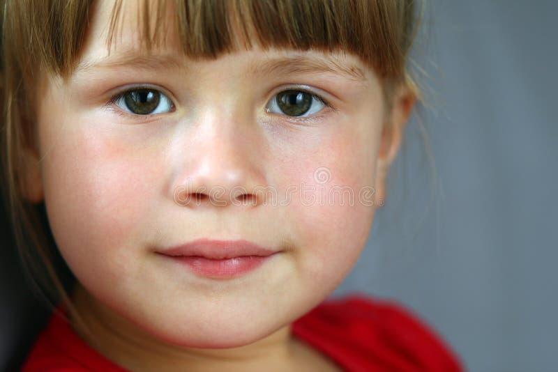 Verticale de plan rapproché d'une fille assez petite images libres de droits