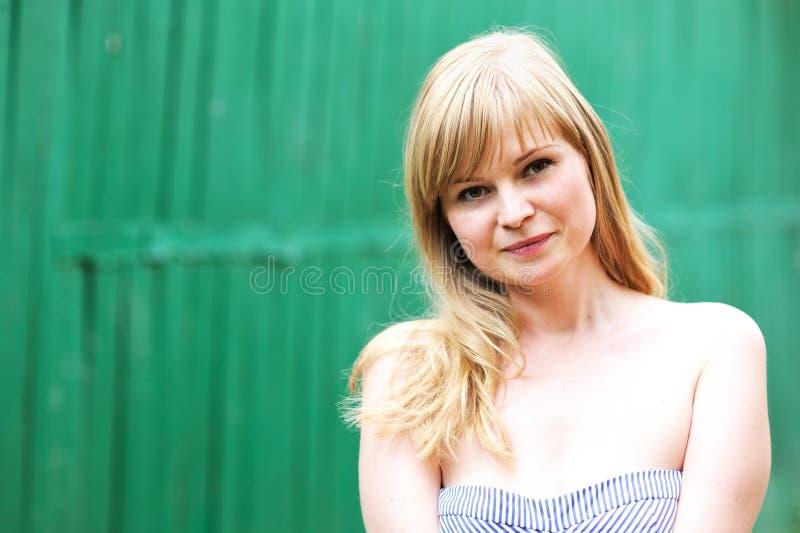 Verticale de plan rapproché de beau jeune femme blond images libres de droits