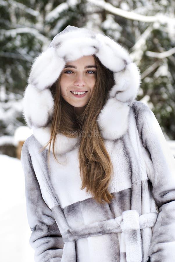 Verticale de plan rapproché de belle fille de sourire photo libre de droits
