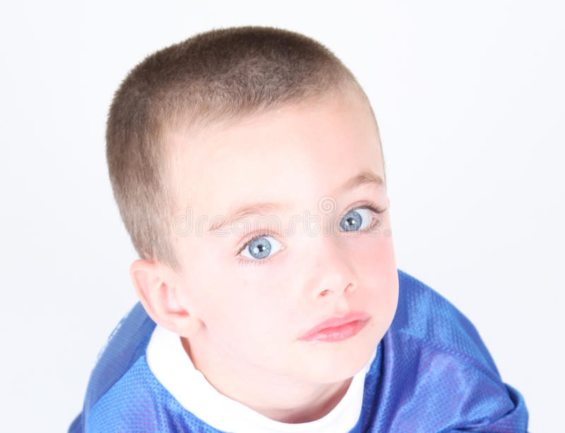 Verticale de plan rapproché de jeune garçon préscolaire images stock