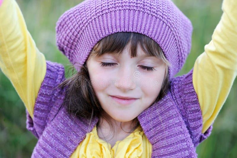 Verticale de plan rapproché de petite fille dans le béret violet image stock