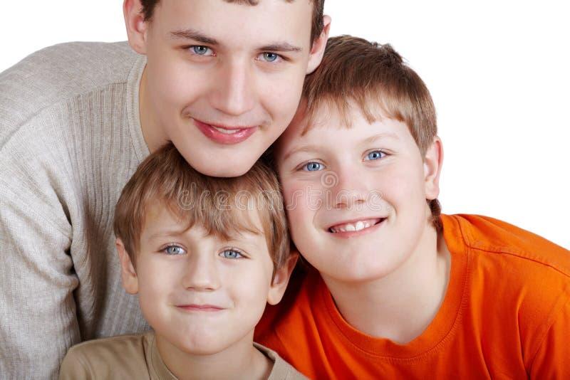 Verticale de plan rapproché de trois garçons de sourire photographie stock libre de droits