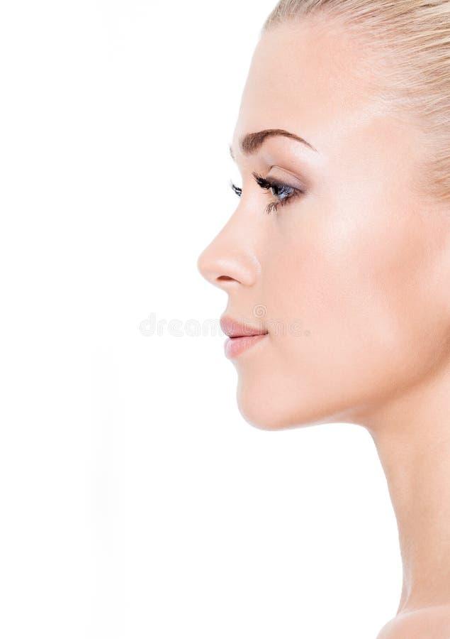 Verticale de profil de jeune femme blond photographie stock libre de droits