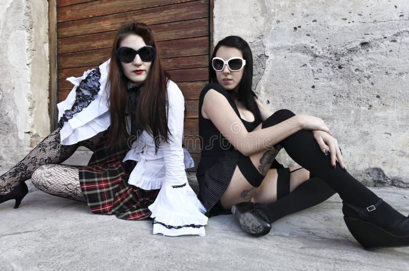 Verticale de punk de deux filles photographie stock libre de droits