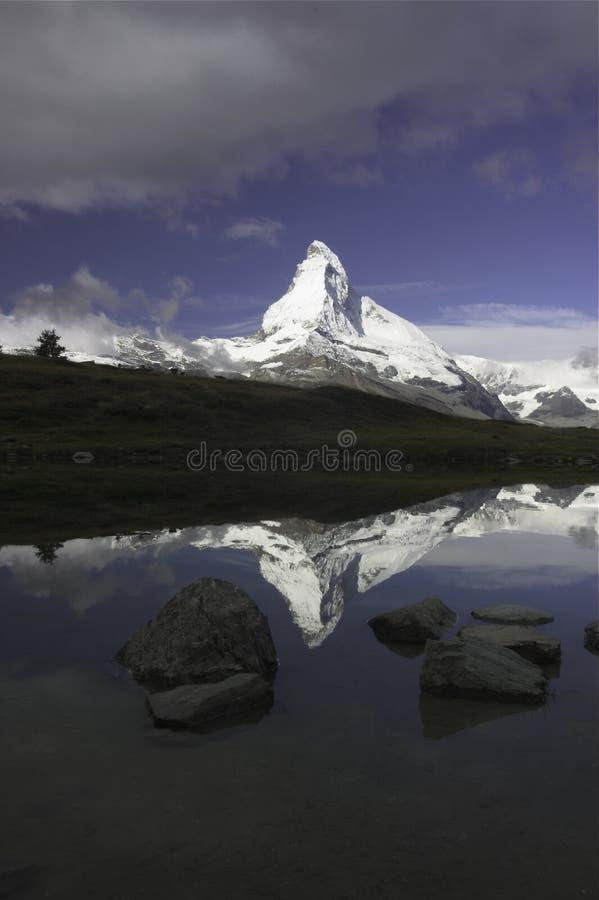 Verticale de réflexion de Matterhorn image libre de droits