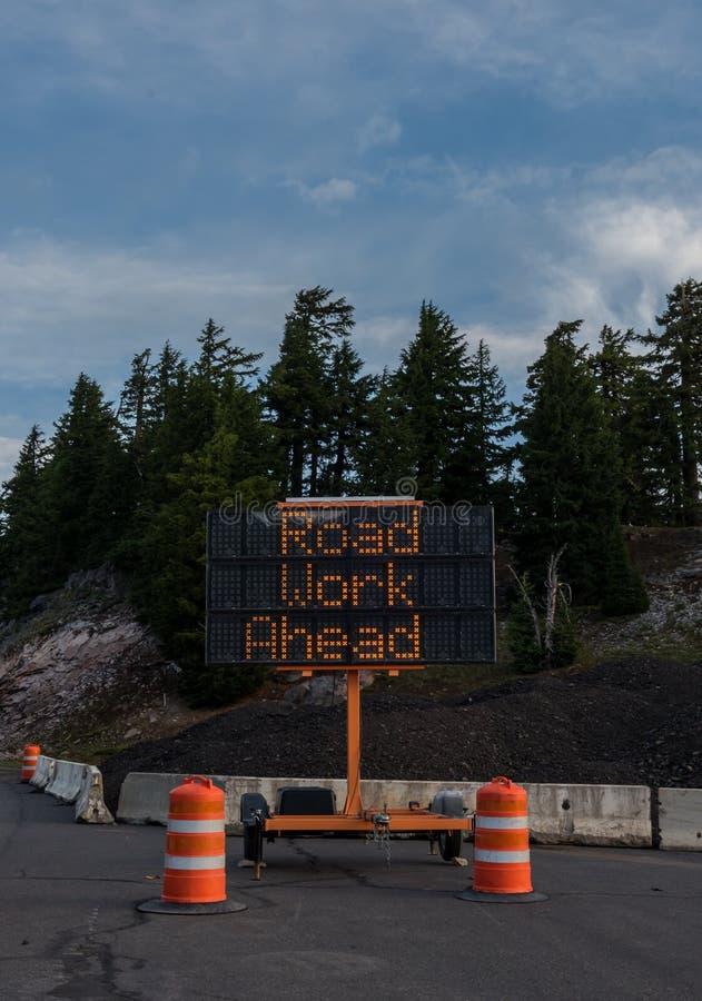 Verticale de signe de construction de course sur route en avant photos stock