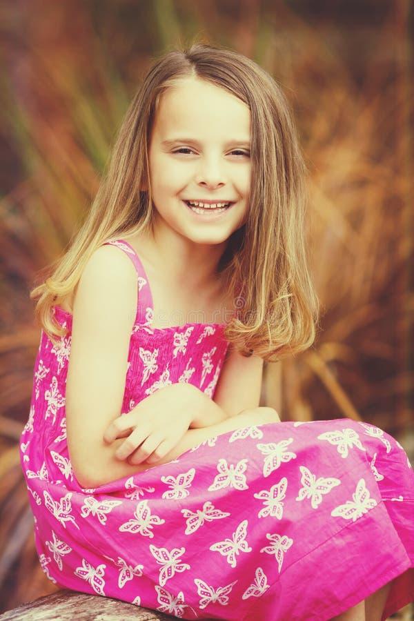 Verticale de sourire de fille images libres de droits