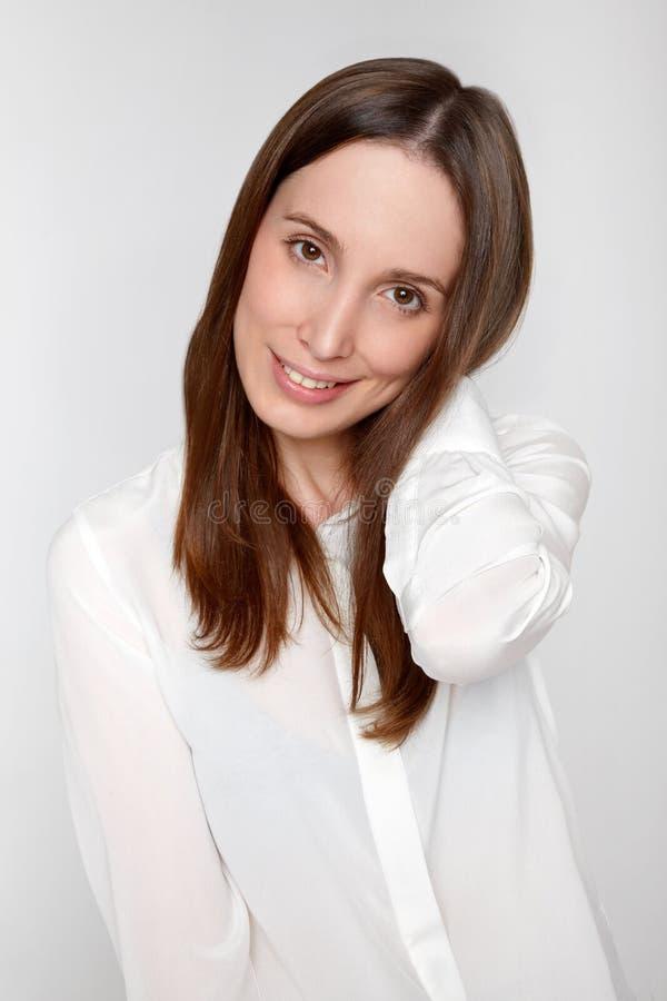 Verticale de sourire de jeune femme photos stock