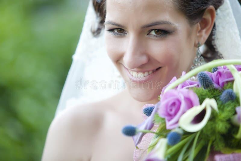 Verticale de sourire de mariée photographie stock