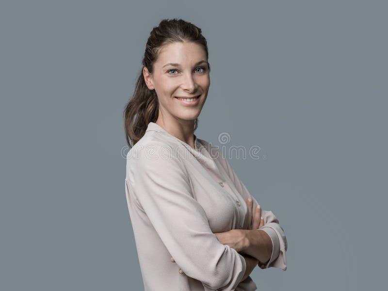 Verticale de sourire de jeune femme image stock
