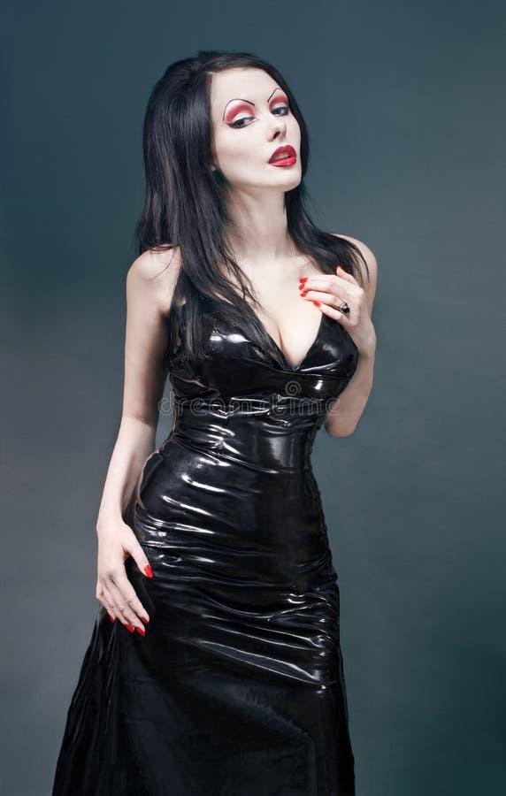 Verticale de studio de femme sexy de brunette dans le noir photo libre de droits